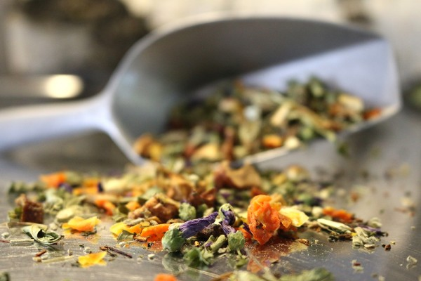 Schweizer Kräutertee (Naturbelassener Tee mit Orange-Minze-Geschmack)
