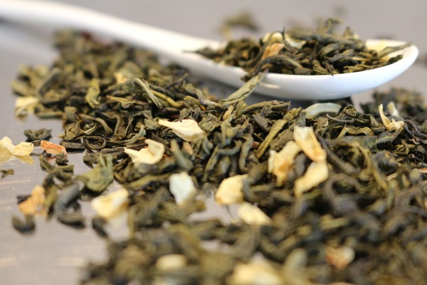 Jasmintee mit Blüten, Grüner Tee nur durch Jasminblüten aromatisiert